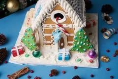 Galletas hechas en casa del pan de jengibre con los árboles de navidad Fotografía de archivo libre de regalías