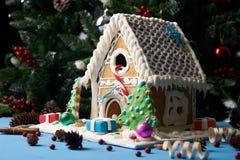 Galletas hechas en casa del pan de jengibre con los árboles de navidad Foto de archivo libre de regalías