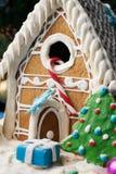 Galletas hechas en casa del pan de jengibre con los árboles de navidad Imagen de archivo libre de regalías