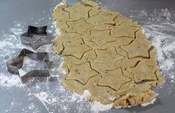 Galletas hechas en casa del pan de jengibre de la Navidad el tabla el 17 de noviembre de 2014 Foto de archivo