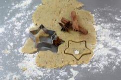 Galletas hechas en casa del pan de jengibre de la Navidad el tabla el 17 de noviembre de 2014 Imágenes de archivo libres de regalías