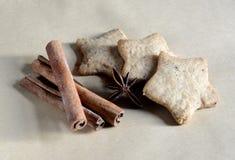 Galletas hechas en casa del pan de jengibre de la Navidad el tabla el 17 de noviembre de 2014 Foto de archivo libre de regalías