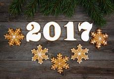 Galletas hechas en casa del pan de jengibre de la Navidad en la tabla, Año Nuevo 2017 Fotos de archivo