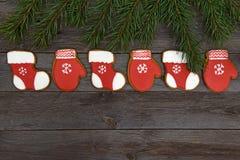 Galletas hechas en casa del pan de jengibre de la Navidad en la tabla, Año Nuevo 2017 Imágenes de archivo libres de regalías