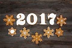 Galletas hechas en casa del pan de jengibre de la Navidad en la tabla, Año Nuevo 2017 Fotos de archivo libres de regalías