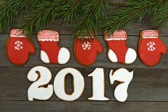 Galletas hechas en casa del pan de jengibre de la Navidad en la tabla, Año Nuevo 2017 Fotografía de archivo libre de regalías