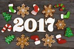 Galletas hechas en casa del pan de jengibre de la Navidad en la tabla, Año Nuevo 2017 Imagen de archivo libre de regalías