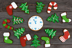Galletas hechas en casa del pan de jengibre de la Navidad en la tabla, Año Nuevo 2017 Foto de archivo