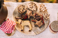 Galletas hechas en casa del pan de jengibre de la Navidad en la tabla de madera Fotos de archivo libres de regalías