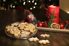 Galletas hechas en casa del pan de jengibre de la Navidad en la tabla de madera Fotos de archivo