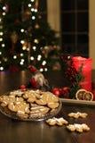 Galletas hechas en casa del pan de jengibre de la Navidad en la tabla de madera imagen de archivo libre de regalías