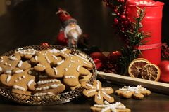 Galletas hechas en casa del pan de jengibre de la Navidad en la tabla de madera Imagen de archivo