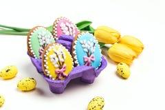 Galletas hechas en casa del pan de jengibre de Pascua en un fondo ligero foto de archivo libre de regalías