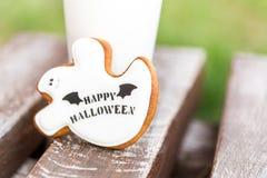 Galletas hechas en casa del pan de jengibre y de la miel de Halloween como gho blanco fotografía de archivo