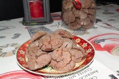 Galletas hechas en casa deliciosas de la Navidad del cacao en una placa de la Navidad imagen de archivo libre de regalías