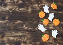 Galletas hechas en casa deliciosas divertidas del jengibre para Halloween en la tabla de madera oscura visión horizontal desde ar Fotos de archivo libres de regalías