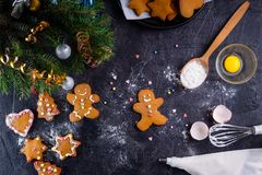 Galletas hechas en casa en el fondo de piedra negro, concepto del pan de jengibre de la Navidad del día de fiesta del Año Nuevo E Imagen de archivo