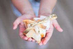 Galletas hechas en casa hechas por una niña Imágenes de archivo libres de regalías