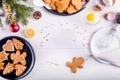 Galletas hechas en casa en la tabla de madera blanca, concepto del pan de jengibre de la Navidad del fondo de la Navidad El proce Imagenes de archivo