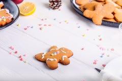 Galletas hechas en casa en la tabla de madera blanca, concepto del pan de jengibre de la Navidad del fondo de la Navidad El proce Foto de archivo libre de regalías
