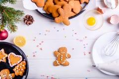 Galletas hechas en casa en la tabla de madera blanca, concepto del pan de jengibre de la Navidad del fondo de la Navidad El proce Imágenes de archivo libres de regalías