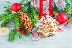 Galletas hechas en casa y decoraciones de la Navidad sabrosa Foto de archivo libre de regalías