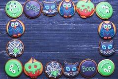Galletas hechas a mano de Halloween en una tabla de madera Imágenes de archivo libres de regalías