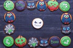 Galletas hechas a mano de Halloween en una tabla de madera Fotografía de archivo libre de regalías