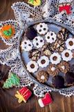 Galletas hechas a mano de la Navidad en la placa y en la tabla Imagen de archivo
