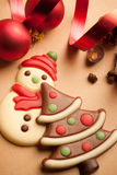 Galletas hermosas de la Navidad con la cinta roja Imágenes de archivo libres de regalías