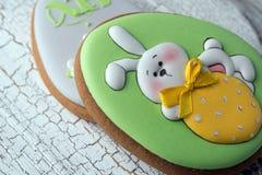 Galletas hermosas sabrosas del pan de jengibre de pascua en una superficie de madera blanca Día de fiesta Pascua brillante Prepa fotos de archivo libres de regalías