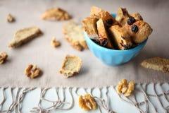 Galletas italianas del biscotti con las nueces en la tabla con el mantel de lino gris Foto de archivo