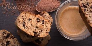 Galletas italianas tradicionales, biscotti y cantuccini, pequeños pedazos de pan dulce con el chocolate y almendras Foto de archivo libre de regalías