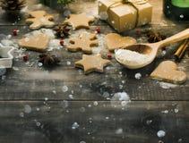 Galletas jengibre, anís, cuchara con la harina en un fondo de madera Imagen de archivo libre de regalías