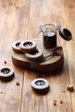 Galletas llenadas atasco del bocadillo del vegano Fotografía de archivo libre de regalías