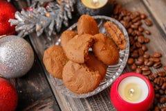 Galletas llenadas del chocolate, de las bolas de la Navidad, de las velas y de los granos de café imagenes de archivo
