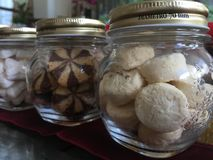 Galletas mantecosas en las botellas de cristal Imagen de archivo