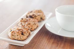 Galletas mezcladas de la nuez con la taza de café Imagen de archivo libre de regalías
