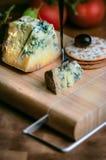 Galletas mohosas de Stilton del tablero del queso y de las uvas azules maduras Fotos de archivo libres de regalías
