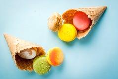 Galletas multicoloras de los macarrones fotos de archivo