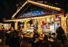 Galletas, niños en el mercado de la Navidad Imagenes de archivo