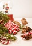 Galletas, nueces y chocolate rojos del pan de jengibre de la Navidad Imágenes de archivo libres de regalías