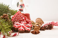 Galletas, nueces y chocolate rojos del pan de jengibre de la Navidad Fotografía de archivo libre de regalías