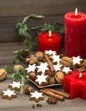 Galletas, nueces y especias del canela con las decoraciones de la Navidad Imagen de archivo