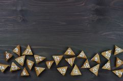 25 galletas numeradas del advenimiento en la madera marrón Fotos de archivo libres de regalías