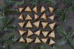 25 galletas numeradas del advenimiento en la madera marrón Imagen de archivo libre de regalías