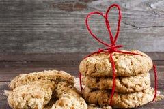 Galletas para el día del ` s de la tarjeta del día de San Valentín con la cinta en forma de corazón roja Fotos de archivo libres de regalías