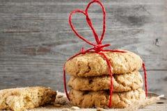 Galletas para el día del ` s de la tarjeta del día de San Valentín con la cinta en forma de corazón roja Imagen de archivo libre de regalías