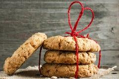 Galletas para el día del ` s de la tarjeta del día de San Valentín con la cuerda en forma de corazón roja Imágenes de archivo libres de regalías