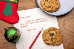 Galletas para Papá Noel con una letra foto de archivo